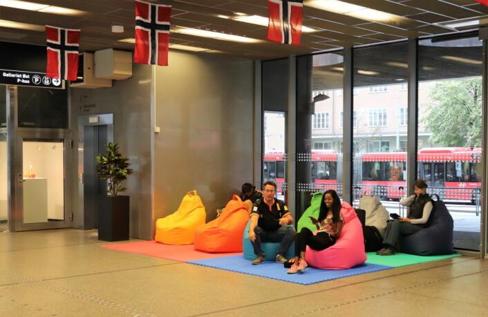 Er du lei av harde ventebenker, finnes det et alternativ på den nye bussterminalen. Foto: Katrine Lunke / Apeland