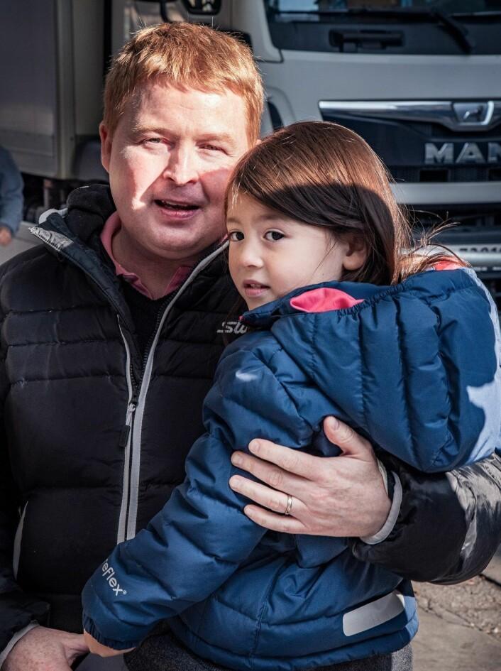 Nabo til Olafiagangen, Anders Jakobsen, håper det kommer et tilbud til barn og unge på plass i nærområdet før datteren hans (5) blir for gammel til å bruke det. Foto: Bjørnar Morønning
