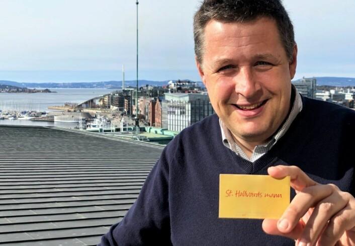 KrFs fylkesleder og bystyrepresentant Espen Andreas Hasle med visittkortet der han understreker at han er Oslos mann. Foto: Vegard Heldal / Oslo KrF