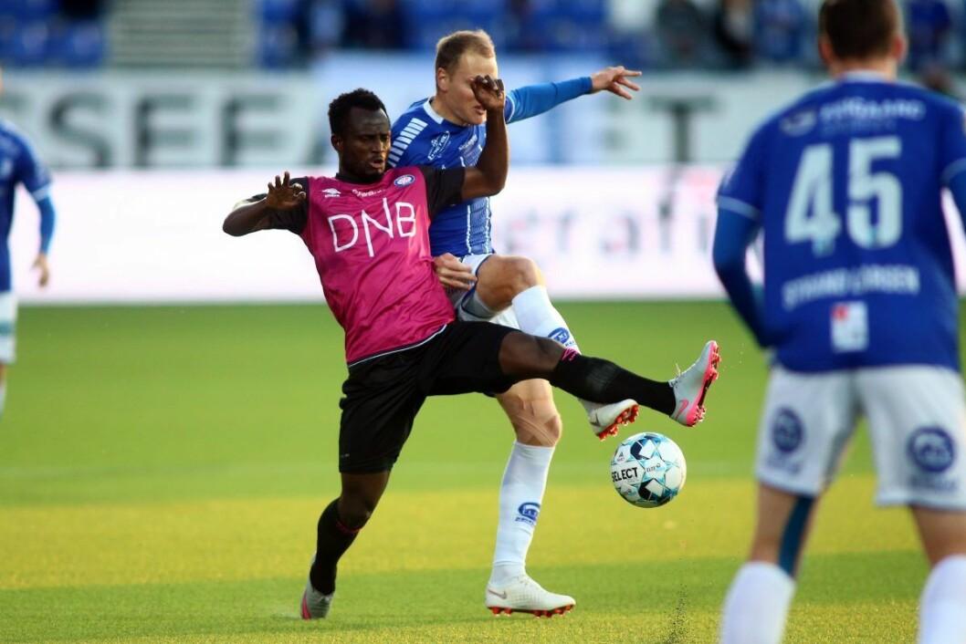 Vålerengas Mohammed Abu i duell med Sarpsborg 08s Matti Lund Nielsen. Foto: Christoffer Andersen / NTB scanpix