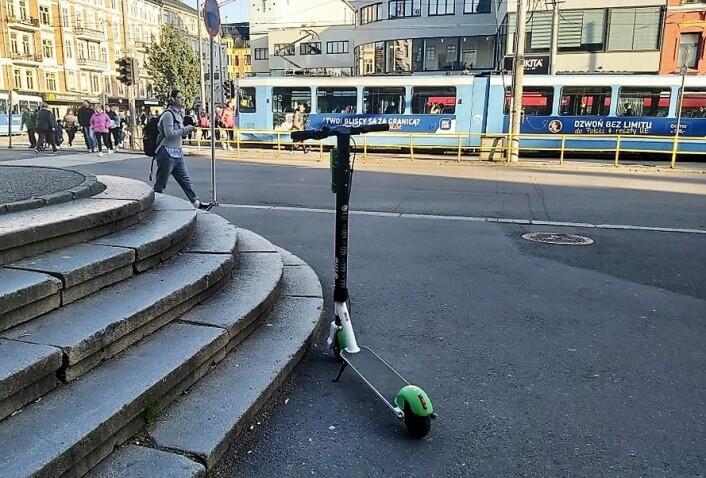 Hensatte elsparkesykler blir samlet inn med biler. Det er ikke særlig bra når Oslo jobber med å redusere klimagassutslippene, konkluderer TØI i sin undersøkelse. Foto: André Kjernsli
