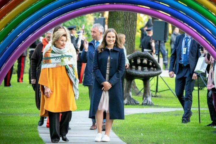 Dronning Sonja og prinsesse Ingrid Alexandra under ferdigstillelsen av Prinsesse Ingrid Alexandras skulpturpark i Slottsparken. Foto: Heiko Junge / NTB scanpix