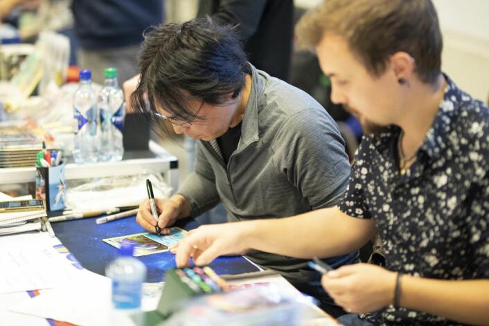 Mitsuhiro Artia har jobbet som Pokemon-illustratør i over 20 år. I helgen kom han fra Japan til Oslo for å signere pokemonkort og andre samleobjekter. Foto: Olav Helland
