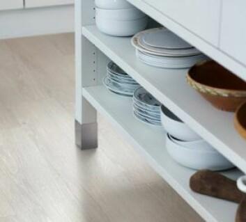 LEKKERT: Vinyl er ikke bare praktisk, det er også lekkert å se på, og passer like godt på stua som på kjøkkenet. Foto: Pergo