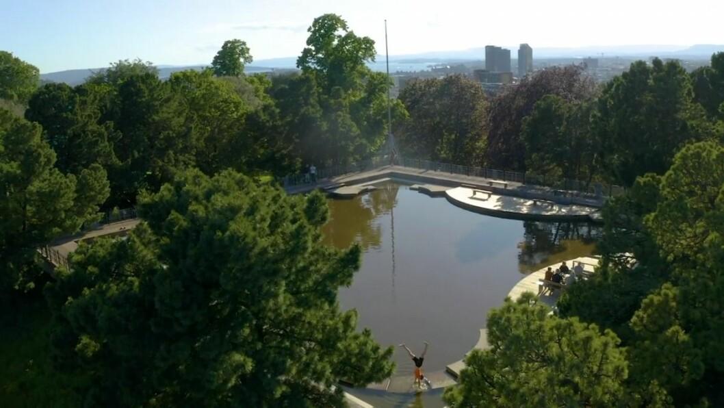 Speilbassenget på toppen av Kampenparken er langt mer enn et plaskebasseng. Det speiler himmelen og gir ro i sjela. Foto: Bymiljøetaten