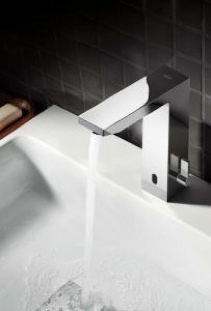 BERØRINGSFRITT: Ved at du slipper å ta på kranen etter at du har vært på toalettet eller når du lager mat, unngår du bakteriene som lurer der. Foto: Grohe