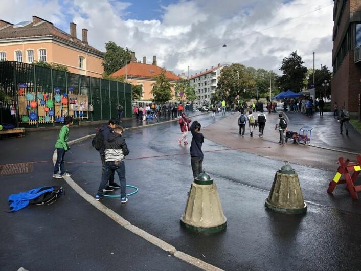 Denne gatestumpen er nå stengt for biler, og folk på Tøyen bestemmer hva som skal skje her til gaten er ferdigregulert. Foto: Lisbeth Åsgård Meidell