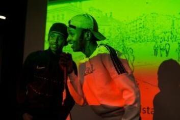 Hamse (til v.) og Youssef fra Medvirkningsgjengen var kveldens konferansierer. Foto: Oda Berby