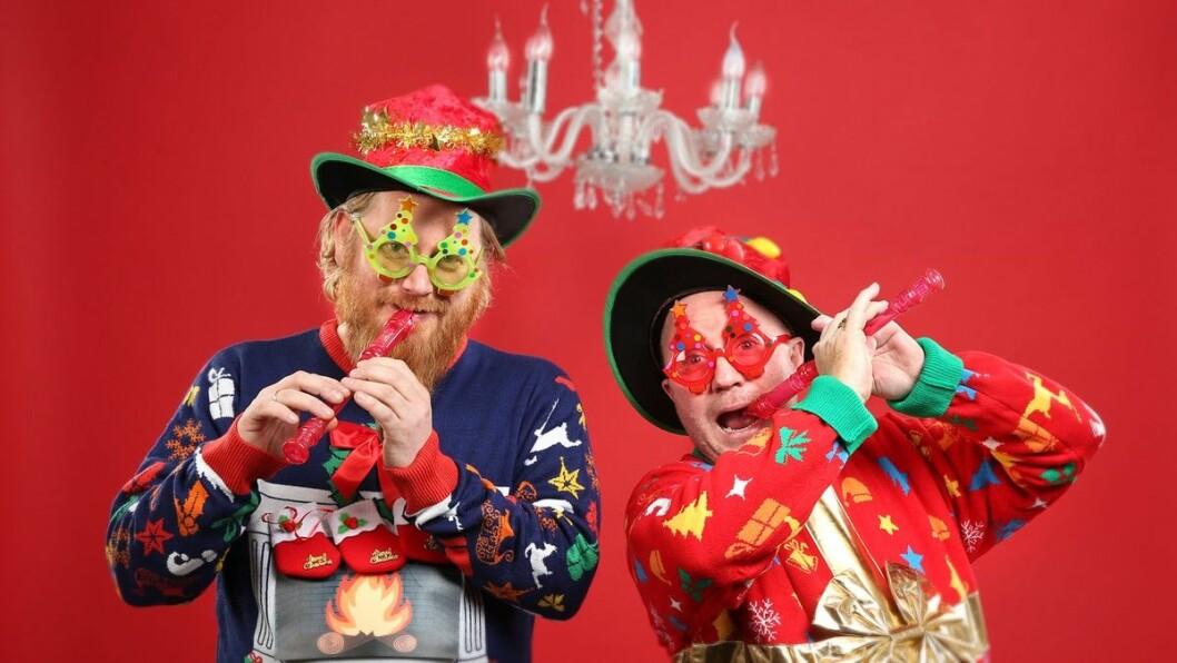 Programledere Per Sundnes og Frode Larsen lager den ultimate julekonserten i Store studio for tredje år på rad. Foto: Ole Kaland, NRK