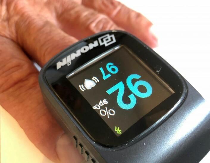 En enkel klype på fingeren kan måle puls og oksygen i blodet der du er. Foto: Christine Thune