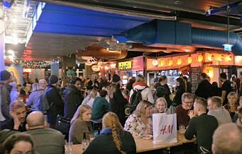 På Oslo Street Food møter du folk ved langbordet, til mat og øl fra hele verden