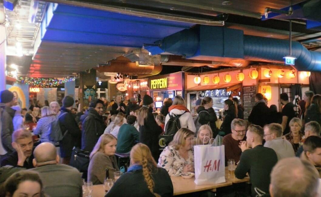 På Oslo Street Food møter du folk ved langbordet, til mat og øl fra hele verden. Foto: Thor Langfeldt