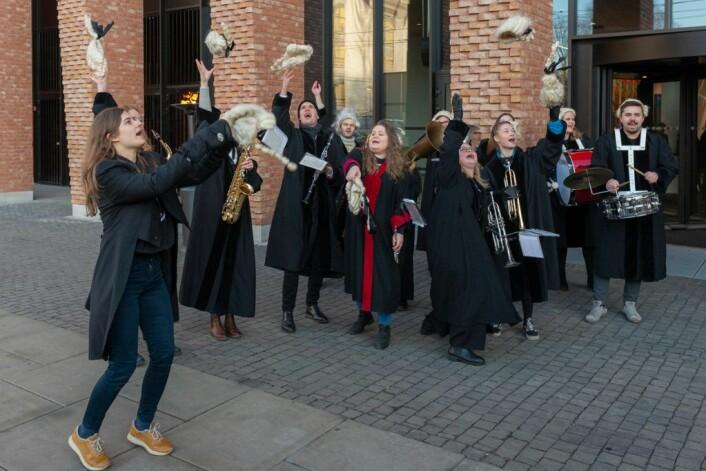 Medlemmer av Det juridiske fakultets studentorkester kaster parykkene på den offisielle åpningen av Domus Juridica 16. januar. Foto: Morten Lauveng Jørgensen