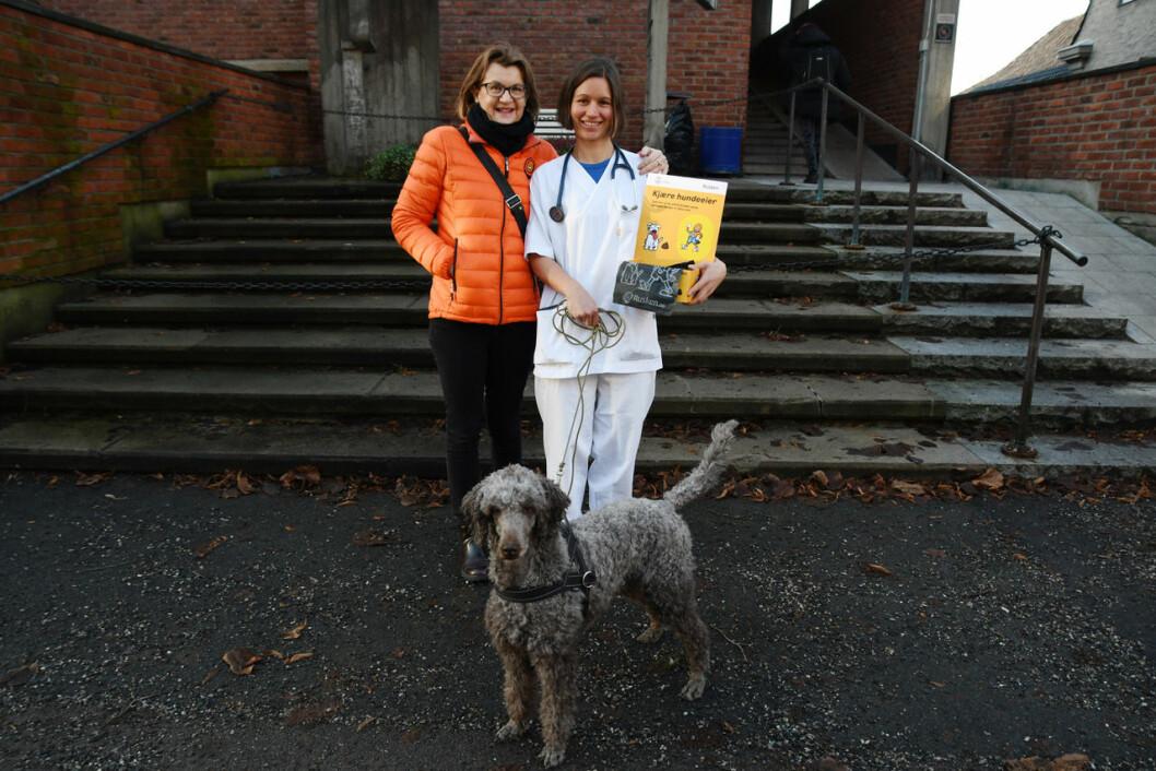 Ruskengeneral Jenny Wallheden Krohn og veterinær Kristin Herstad minner om hvor viktig et er å alltid ha med en hundepose på luftetur. Foto: Miriam Alveberg