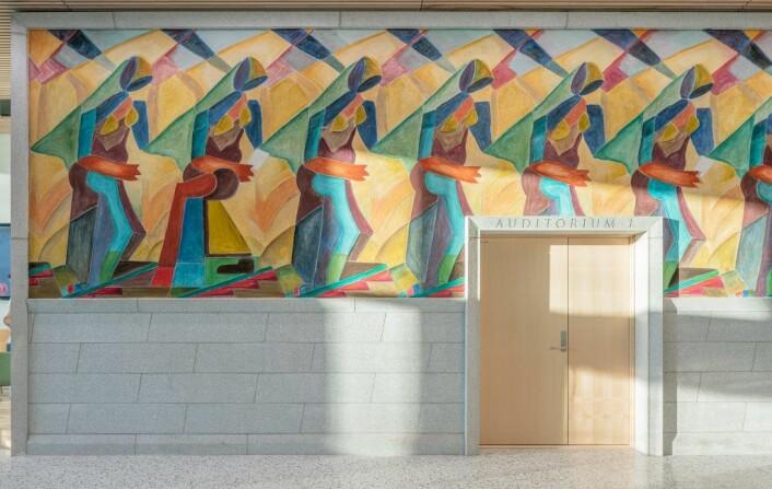 Steinar Haga Kristensens «Et samfunnsornament», malt langs den 16 meter lange veggen man ser når man først entrer bygget. Foto: Mad arkitekter / Kyrre Sundal
