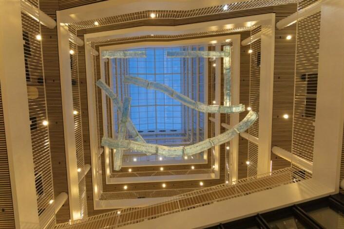 Tiril Hasselknippes kunstinstallasjon er inspirert av akvedukter, og er suspendert i luften oppover etasjene. Foto: Olav Helland