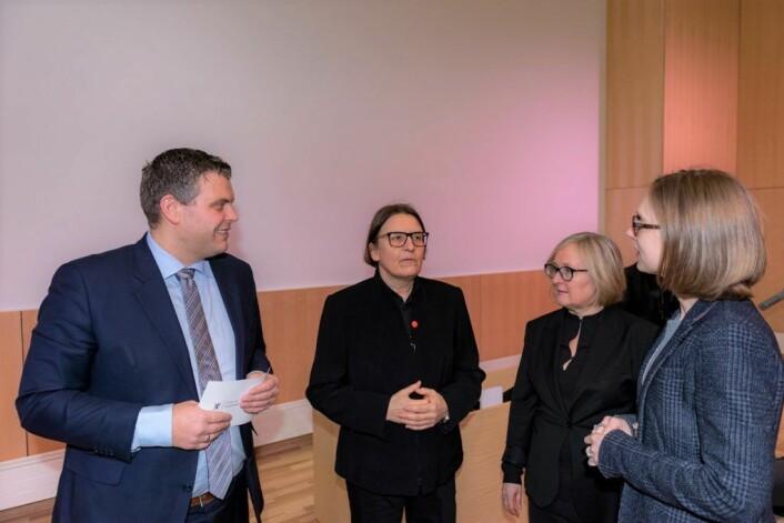Her ser vi blant annet justisminister Jøran Kallmyr (t.v.) og Ragnhild Hennum (midten), dekan ved Det juridiske fakultet, på åpningen av Domus Juridica 16. januar. Foto: Morten Lauveng Jørgensen