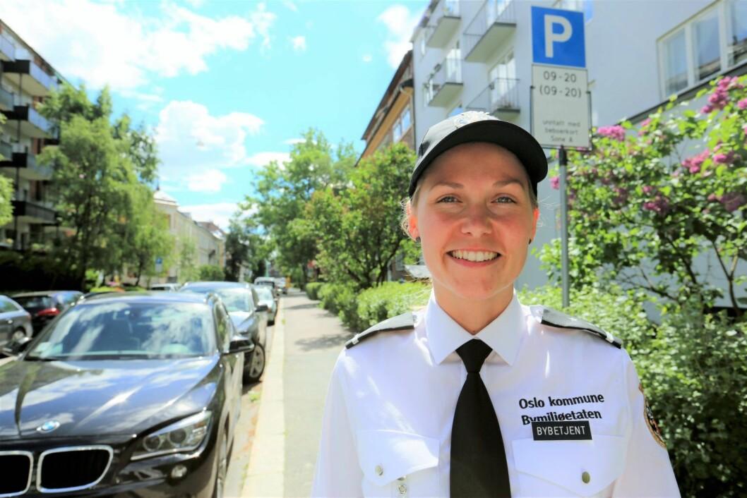 En bybetjent (parkeringsvakt som også har andre oppgaver) på Fagerborg, som er det eksisterende prøveområdet for beboerparkering i Bydel Frogner. Foto: Bymiljøetaten