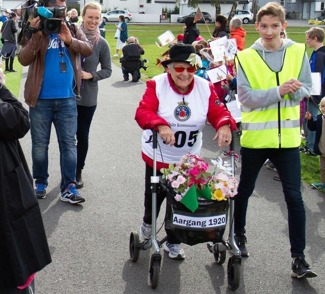 I fjor ble Grand Prix arrangert i Bydel Nordre Aker. Her ser vi en person av årgang 1920 på vei mot mål i Nordre Aker. Foto: Rønningen Folkehøgskole
