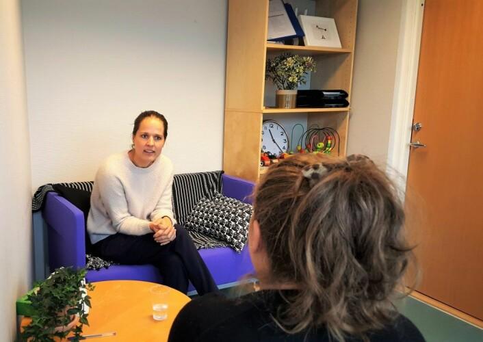En-til-en samtale hos familieteamet Grünerløkka. Foto: Tarjei Olsen