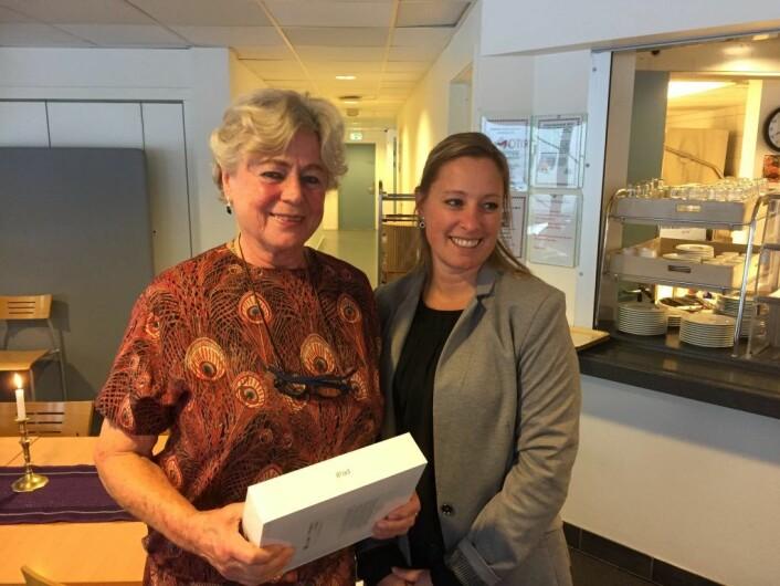 Enhetsleder i bydel Frogner, Annebeth Johansen, har akkurat loddet ut en iPad til Liv Dølen. Foto: Vegard Velle