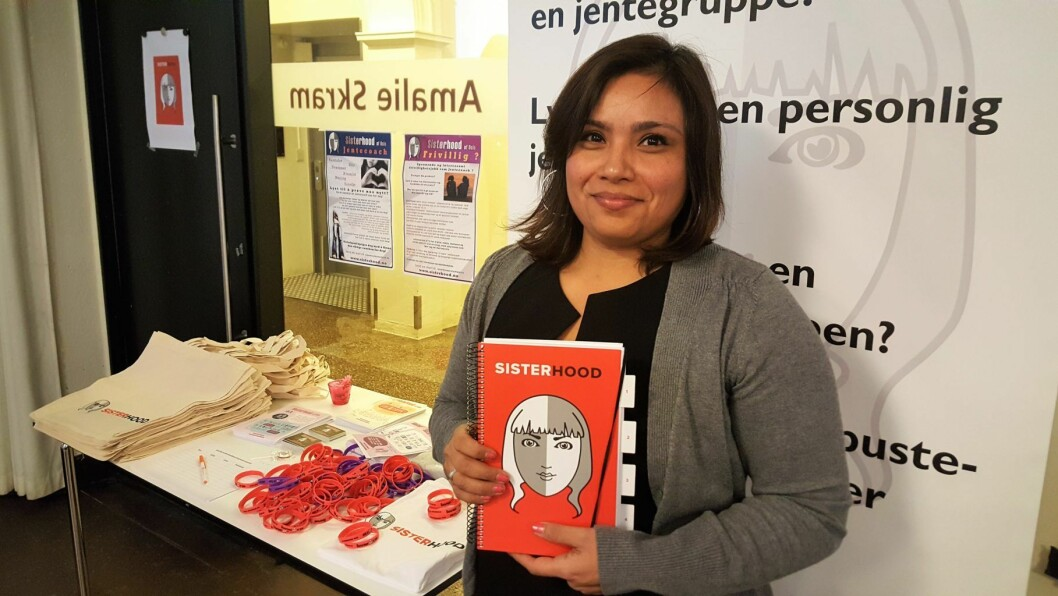 Isabel Espinoza har det overordnede ansvaret for Sisterhood i Bydel Frogner. Her viser hun frem den nye Sisterhood-håndboken på lanseringen på Litteraturhuset på mandag.