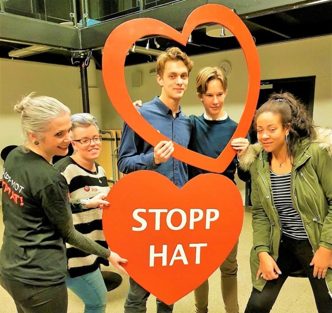 Rasmus Molstad Bakken og Fredrik S. Tharaldsen i midten, sammen med SaLTo-koordinatorer og representant for Stopp Hatprat, på workshop'en mot hatprat på nett.