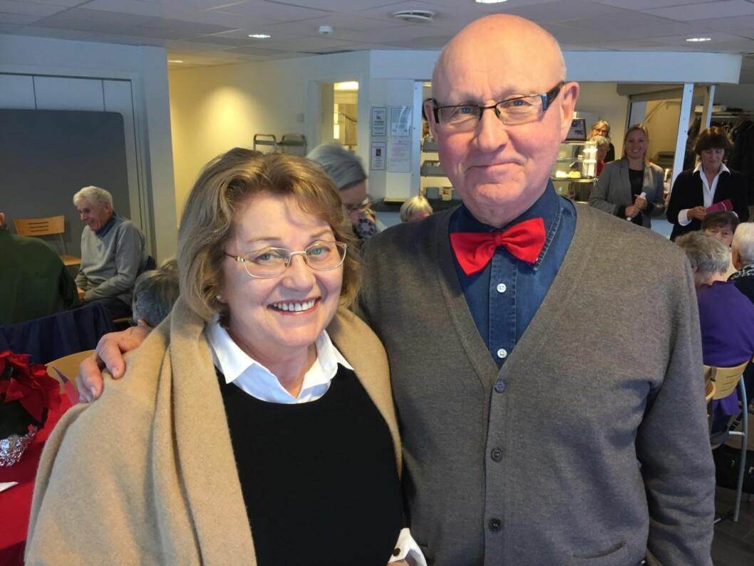 Peggy Anne Tvedt trenger opplæring i digitale hjelpemidler, mens Finn Hall Torgersen, fra Seniornett, er frivillig underviser hver uke. Foto: Vegard Velle