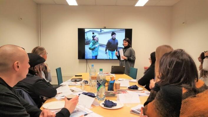 Seniorveileder Mariyana Neloska presenterer en informasjonsvideo på første dag av det første kurset for aktivitetsvenner for personer med demens, onsdag 17. januar.
