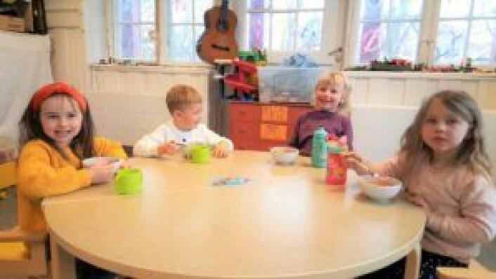 Fra venstre: Edith (5), Claus (4), Sofie (5) og Nova (4) nyter dagens måltid i Heftyes barnehage. Foto: Tarjei Kidd Olsen