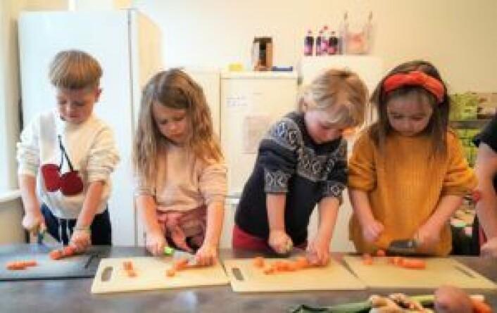 Fra venstre: Claus (4), Nova (4), Sofie (5) og Edith (5) kutter gulrøtter til lunsjen i Heftyes barnehage. Foto: Tarjei Kidd Olsen