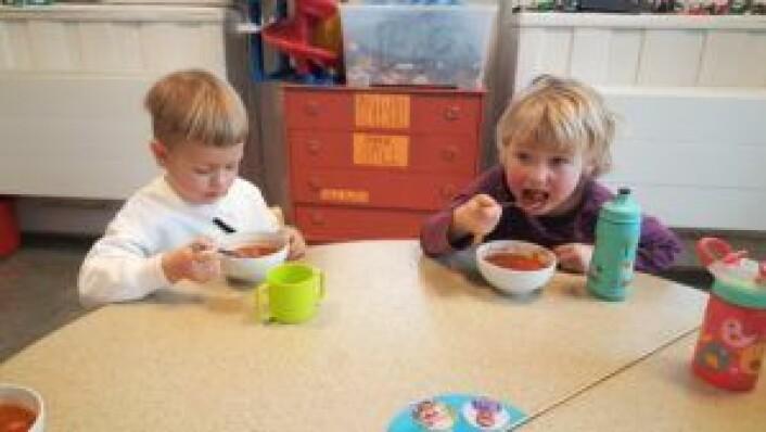 """Nam nam! Claus og Sofie spiser """"drømmesuppe"""". Foto: Tarjei Kidd Olsen"""