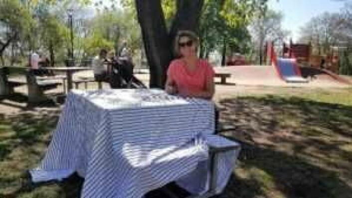 Her tar Brynhild Vestad et pust i bakken ved et av bordene på Tinker'n som har benk på tre sider. Dermed er den fjerde siden av bordet mer tilgjengelig for rullestolbrukere.