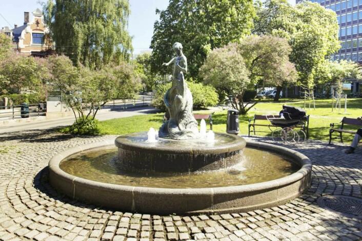 Mange har savnet Bølgen på Skillebekk. Nå skinner den vakre fontenen i Skillebekkparken igjen. Foto: Kristina Lang-Ree
