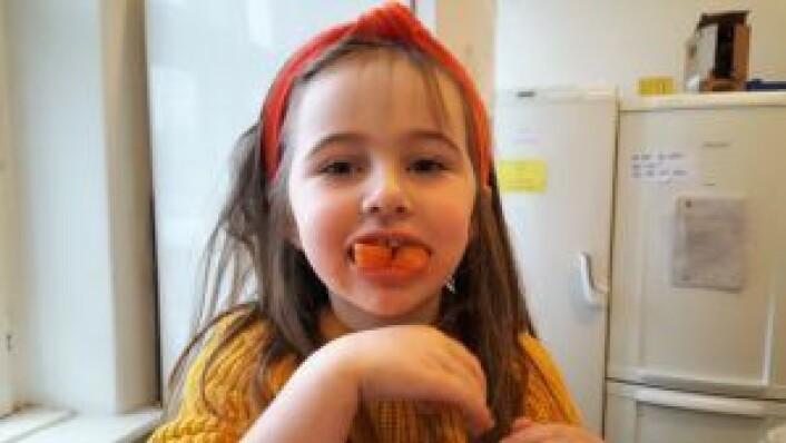 Edith demonstrerer at gulrøtter også fungerer som monstertenner. Foto: Tarjei Kidd Olsen