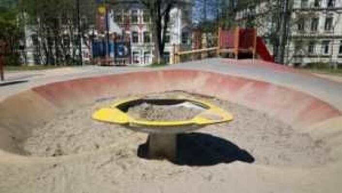En forhøyet sandlekebolle gjør det mulig for rullestolbrukere å leke med sand. I tillegg er den lettere å bruke for eldre som har vansker med å bøye seg helt ned.