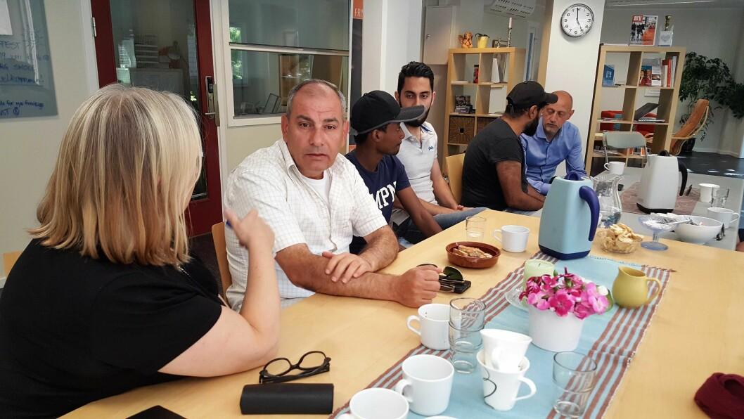Syriske Khaled Fattoum (midten) snakker norsk med en av de frivillige på Norskverkstedet Mølja.