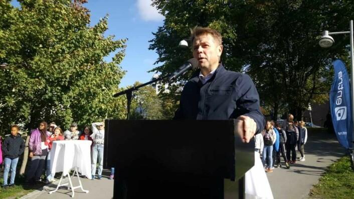 Arve Regland, administrerende direktør i Entra, taler ved åpningen av Sundtbroa.