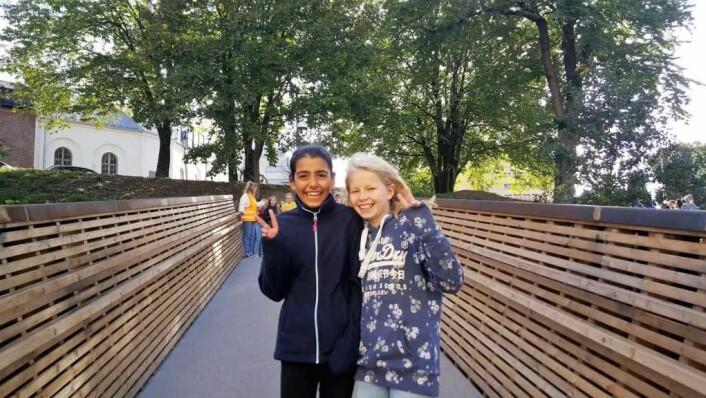 -- Ikke bare en vanlig, kjedelig bro: Reyhan (t.v.) og Hulda, begge 11 år og fra 6. klasse på Lakkegata skole, er strålende fornøyd med broa. -- Nå slipper folk å ta bilen og kan heller gå. Det er jo bra for helsa og folk kan møte andre folk også, mener Hulda. -- Den er ganske kul. Det er ikke bare en vanlig, kjedelig bro, den er litt kunstnerisk, legger Reyhan til.