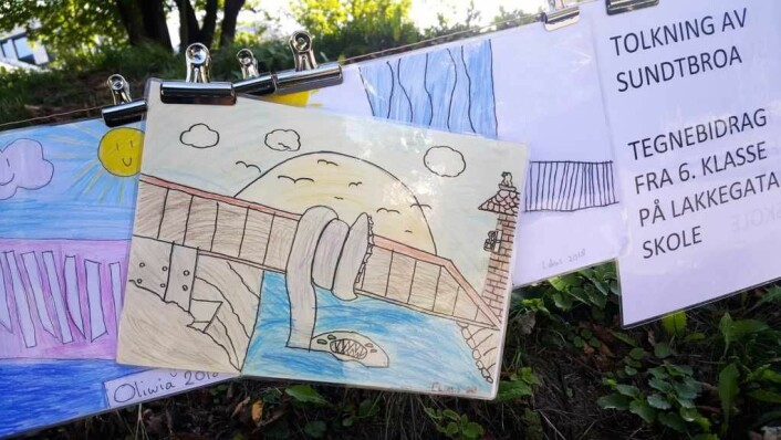Kunstnerblikk på Sundtbroa: Elevene i 6. klasse på Lakkegata skole fikk i oppdrag å tegne Sundtbroa slik de så for seg den før den var ferdig. Eleven bak denne tegningen fikk likevel helt korrekt med seg den beryktede Akerselva-ormen som bor under broa og venter på intetanende brokryssere.