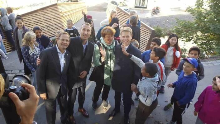 Fra venstre: Adm. direktør Peder Løvenskiold i Anthon B. Nilsen Eiendom, konsernsjef Ståle Rød i Skanska Norge, ordfører Marianne Borgen, adm. direktør Arve Regland i Entra og noen av elevene fra Lakkegata skole jubler etter åpningen av Sundtbroa.