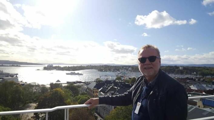Bydelsdirektør Odd Rune Andersen, kollegene og besøkende kan nyte en helt fantastisk utsikt over bydel og fjord fra takterrassen. Det er grunn til å mistenke at det blir populært å lunsje på benkene her oppe i den varme halvdelen av året.