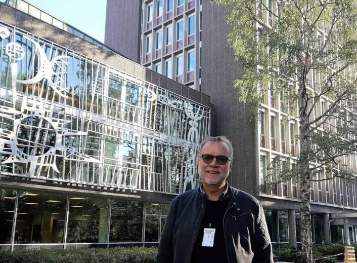 Bydelsdirektør Andersen kan det meste som er å vite om Bydelens hus. Bak Andersen på bildet ser vi deler av husets tidstypiske fasade, med mønster og utsmykninger fra 1960-tallet. Arne E. Holm, billedkunstneren bak fasaden, deltok på alle betydelig grafikkutstillinger på 60-tallet.