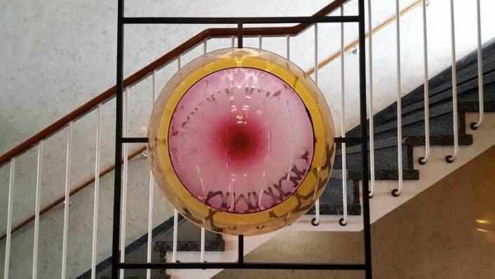 Designere og glassblåsere fra Hadeland Glassverk har utformet den originale glasskunsten i trappeløpet.