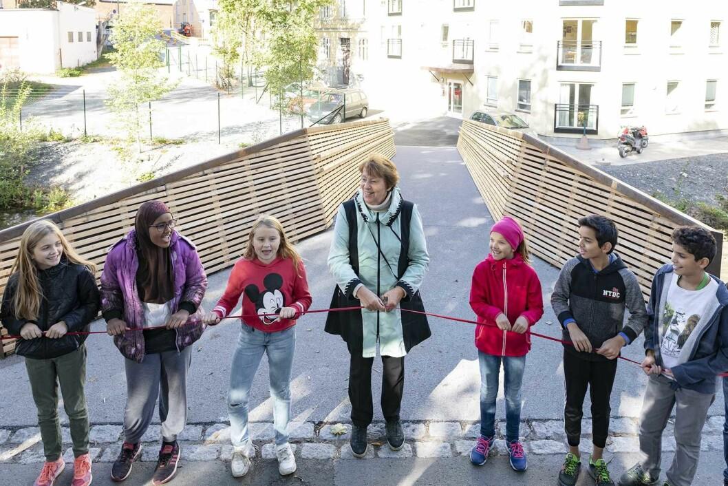 Ordfører Marianne Borgen og elever fra 6. klasse på Lakkegata skole åpner Sundtbroa, Akerselvas 51. bro.