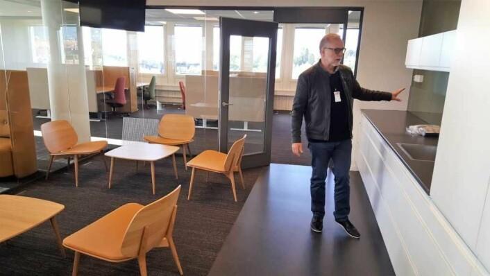 Bydelsdirektør Andersen viser frem en av de mange nyoppussede rommene i Bydelens hus. I dette rommet kan bydelens medarbeidere ta seg en kaffe, snack og pust i bakken. Toppetasjen huser en større lunsjkantine.