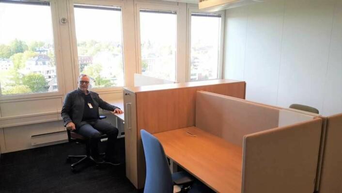 Bydelsdirektør Andersen sitter på sin nye, åpne kontorplass. Interne siloer fjernes og bydelen skal samarbeide tettere og smartere slik at tilbudet til bydelens innbyggere blir bedre.