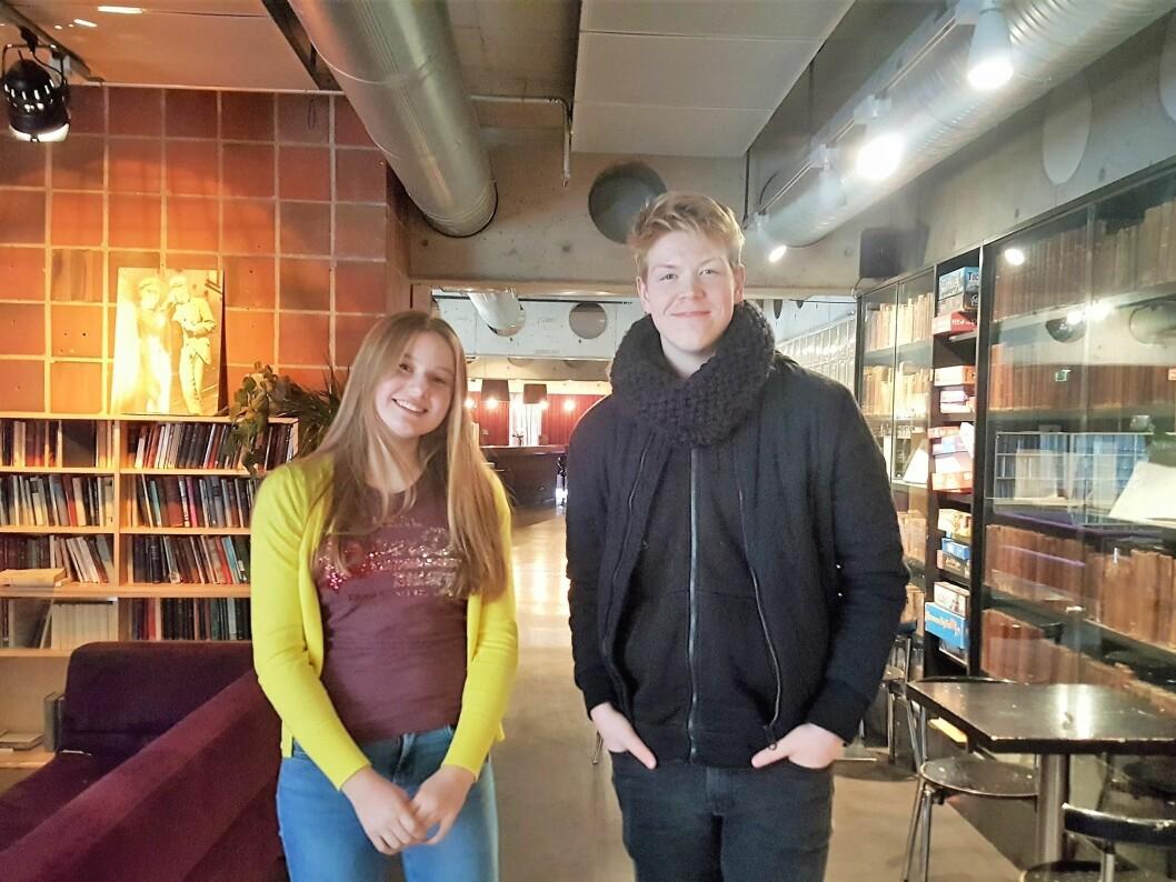 10. klassingene Ebba Engen (15) og Sebastian Severin Alstedt (15) forteller om det som oppleves som et stort prestasjonspress på ungdommer fra mange forskjellige fronter, blant annet skole, det motsatte kjønn, venner og bekjente. Foto: Tarjei Kidd Olsen
