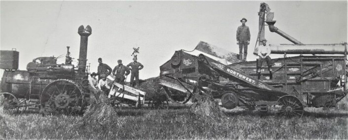 År i 1912 i Minnesota. Innhøstingen er begynt. Person nummer tre fra venstre er Halvor L. Rustvold fra Trøndelag.
