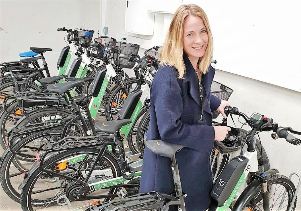 Folkehelsekoordinator Ingvild Konttorp Haugen i Bydel Frogner viser frem den miljøvennlige sykkelpoolen i bydelens sykkelgarasje. Haugen er en av personene som følger opp de 100 000 kronene i